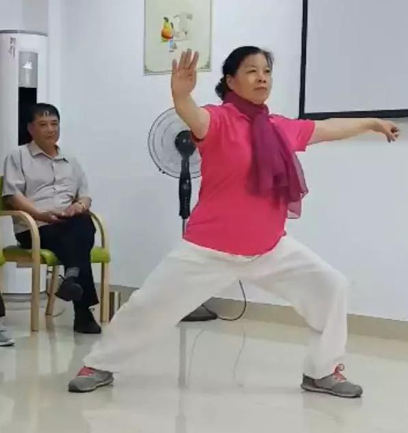 吴敏女士表演太极拳