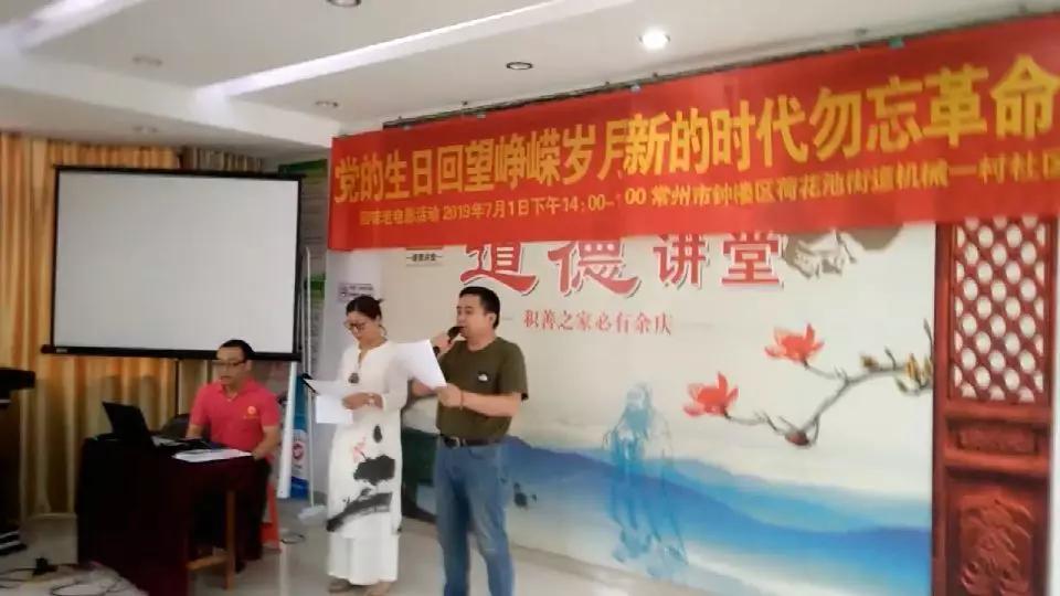 主持人董飞燕(左)、王小波(右)