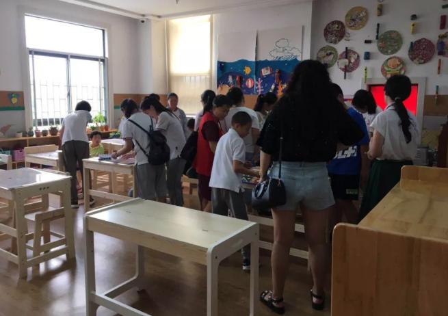 同学们在和儿童福利院的孩子们交流